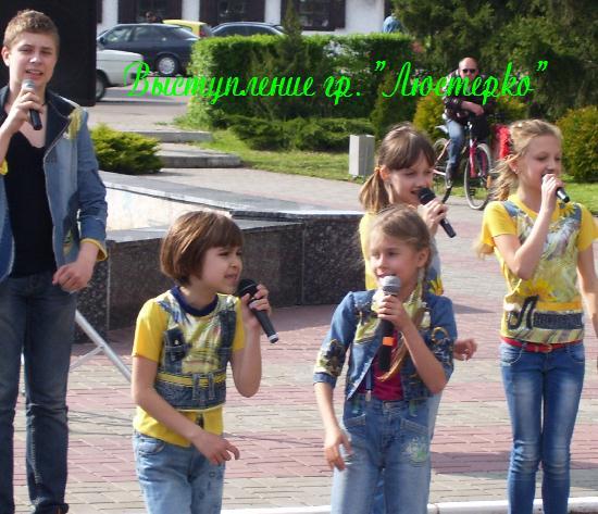 """Выступление группы """"Люстерко"""" у фонтана"""