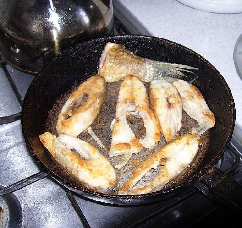 Жарим леща на сковороде