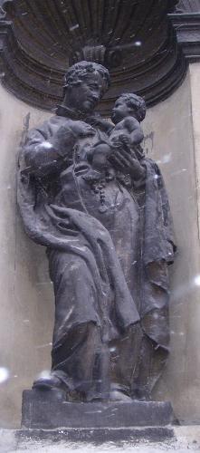 Барельефы, многочисленные скульптуры в Костел святых Петра и Павла