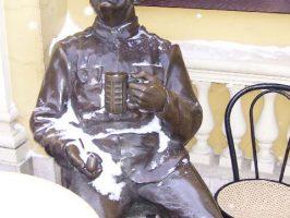 Скульптура у кафе