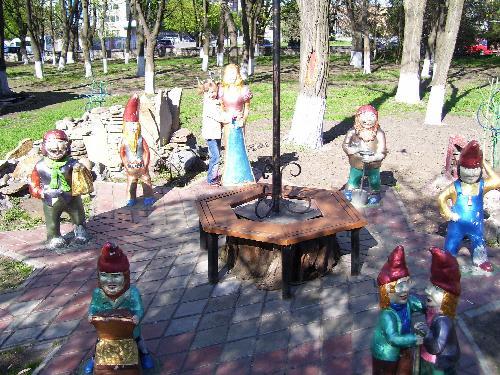 """Белоснежка и гномы - скульптурная композиция у кафе """"Гаврош"""""""