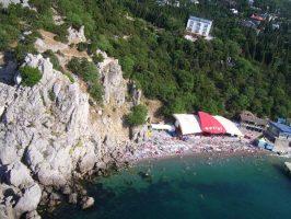 Пляж под скалой и кафе Фрегат