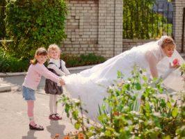Держим невесту за платье