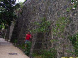 У высоких стен дворца-замка