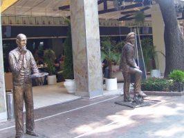 Скульптуры у ресторана