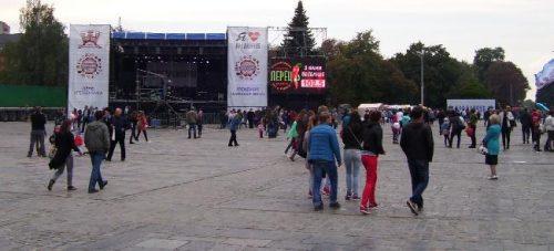 Сцена на площади Победы