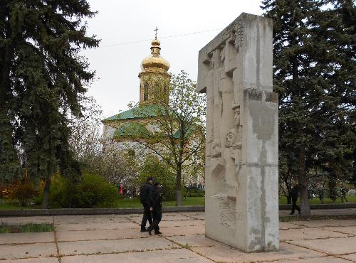 Памятник комсомольцам в церковном дворе Троицкой церкви