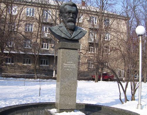 Памятники в сквере Бабаева
