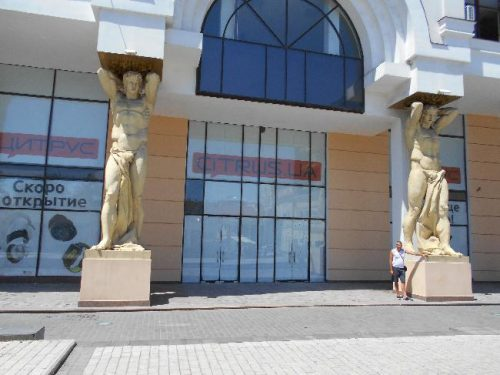 Скульптуры на Греческой площади