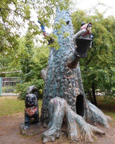 Странноватая детская площадка