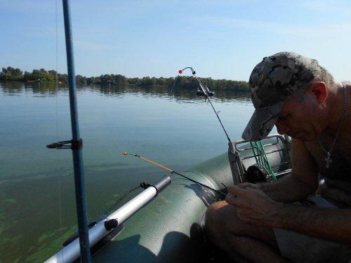 рыбу с лодки