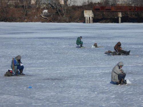 Зимняя рыбалка в затоне грузового порта