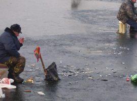 Зимняя рыбалка в затоне речного порта.