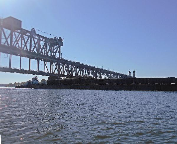 Баржа под мостом